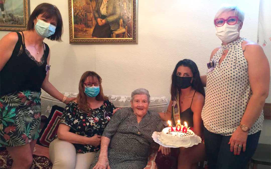 Tres miembros de la Peña El Cachirulo José Iranzo y la Real Moza visitaron a Pascuala Balaguer el día de su cumpleaños./ Olga Grau