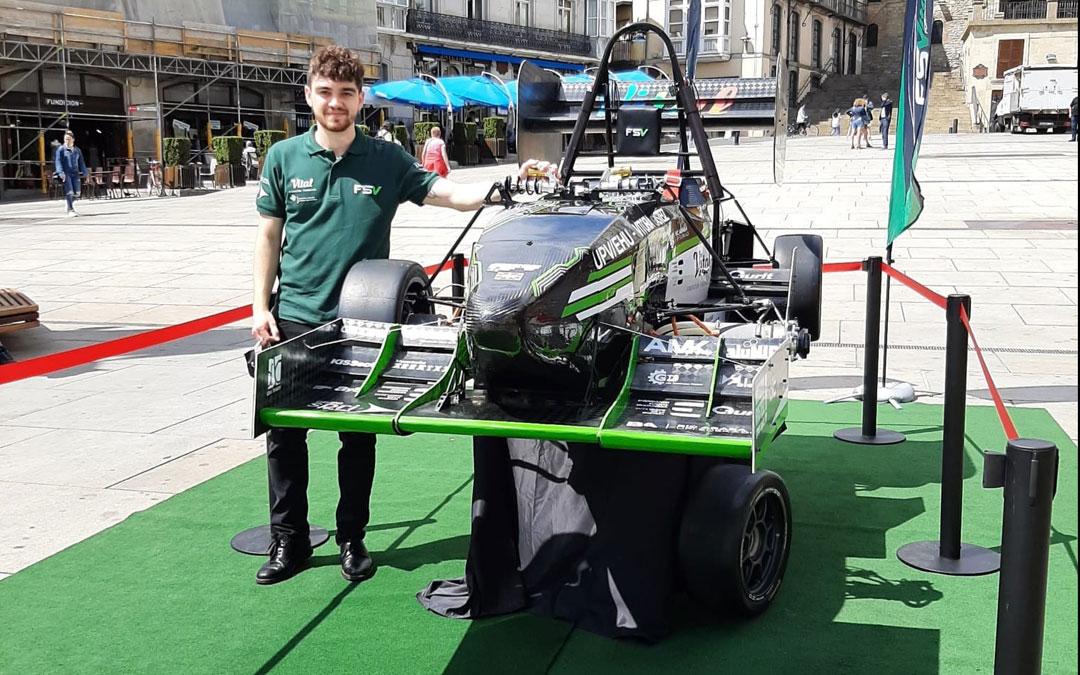 Paúl Ros Bono en Vitoria con el monoplaza eléctrico con el que iba a participar en la Fórmula Student Spain / La Comarca