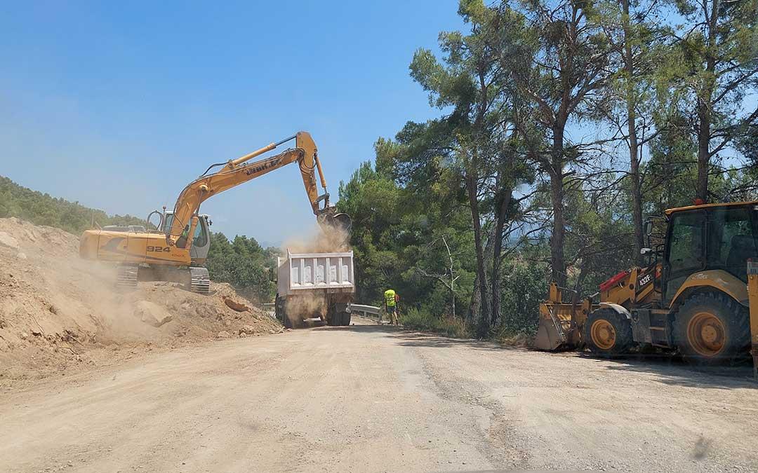 Las máquinas trabajan uno de los últimos tramos de la carretera pendientes de reforma. J.L.
