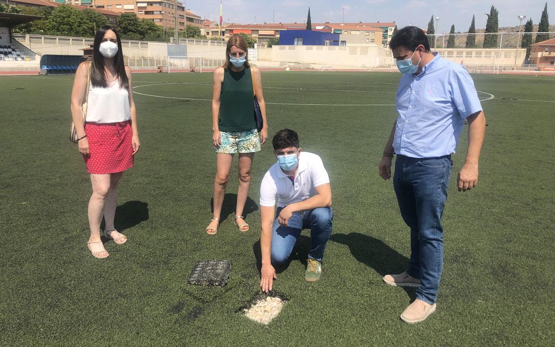 Nacho Carbó muestra el estado del campo de fútbol tras las catas que ahora se debe arreglar para comenzar la pretemporada en agosto / L. Castel