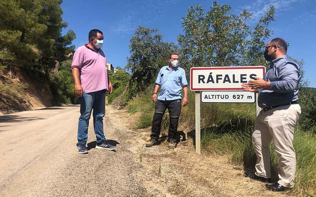 Izquierdo con el alcalde de Ráfales, José Ramón Arrufat y el teniente de alcalde Miguel Romer./ DPT