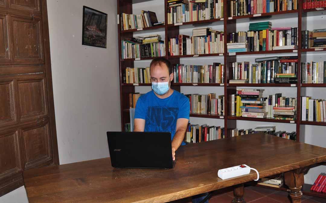 El concejal de cultura, Cristian Berge, en uno de los tres puestos de teletrabajo.
