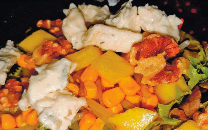 Ensalada de piña, nueces y gorgonzola, aliñada con vinagreta de miel