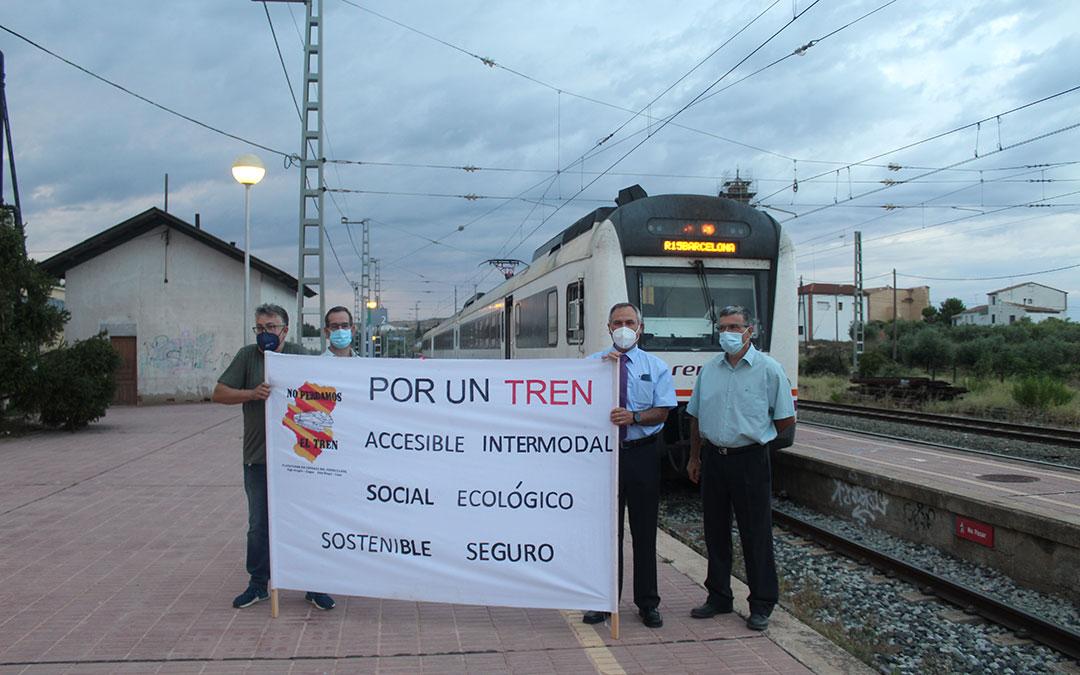 La plataforma en defensa al ferrocarril en el Bajo Aragón Caspe ha estado presente en el regreso de 'El Caspolino'/ Eduard Peralta