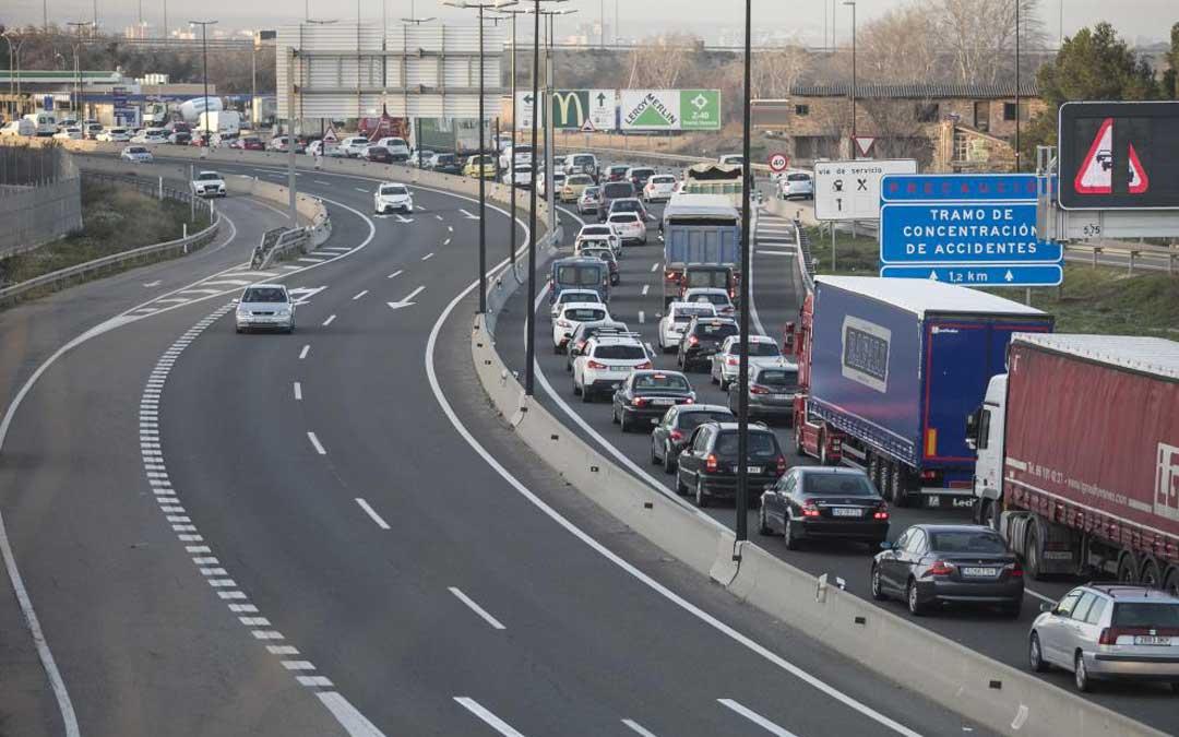 Los atascos son habituales en la glorieta de A-68 a la entrada de Zaragoza / Oliver Duch