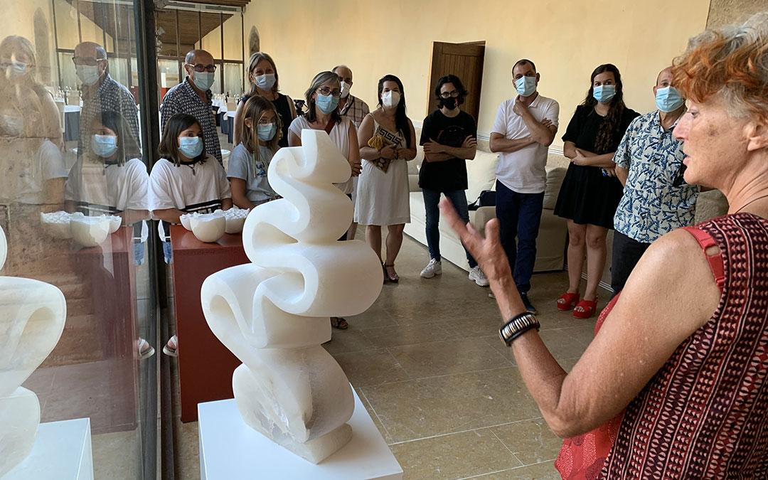 Roemer explicando al público la escultura 'Río'. / M. Q.