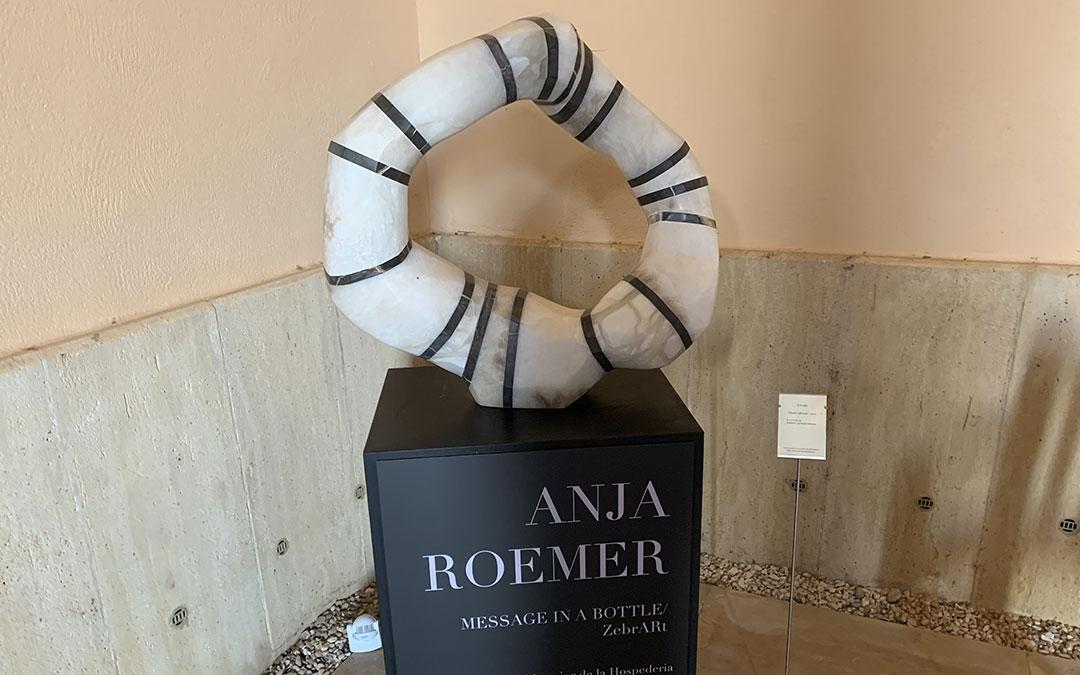 Rueda: escultura que abre la exposición a la entrada del Monasterio. / M. Q.