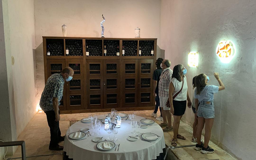 Parte de la exposición ubicada en la bodega de la Hospedería en la que se combina el alabastro con la piedra de Calatorao. / M. Q.