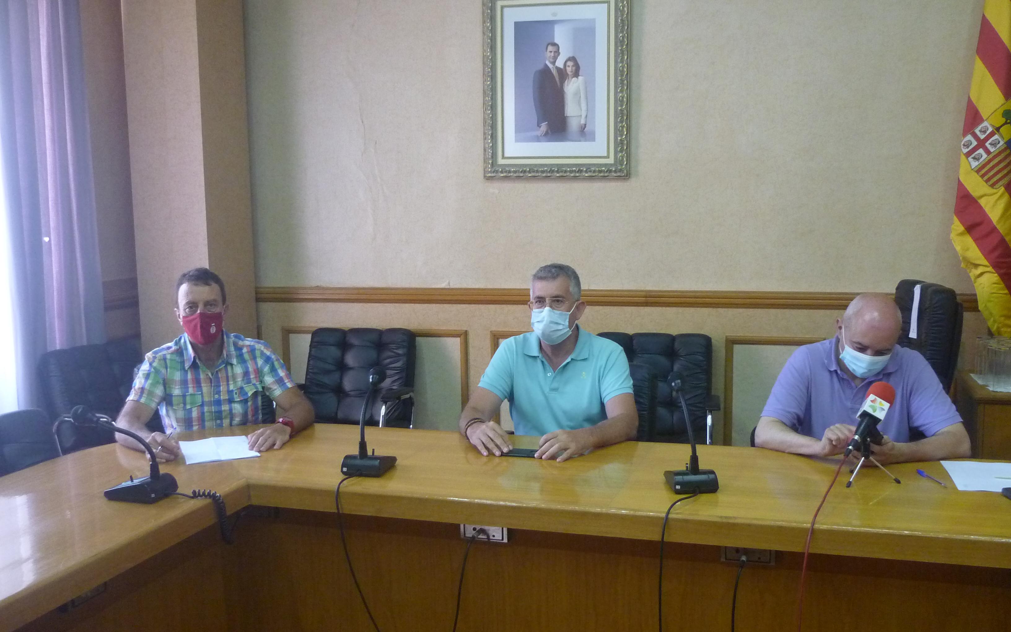 Javier Baigorri, teniente alcalde del Ayuntamiento de Alcañiz; Kiko Lahoz, concejal de deportes; y Carlos Herráez, técnico de deportes en la rueda de prensa / E. F