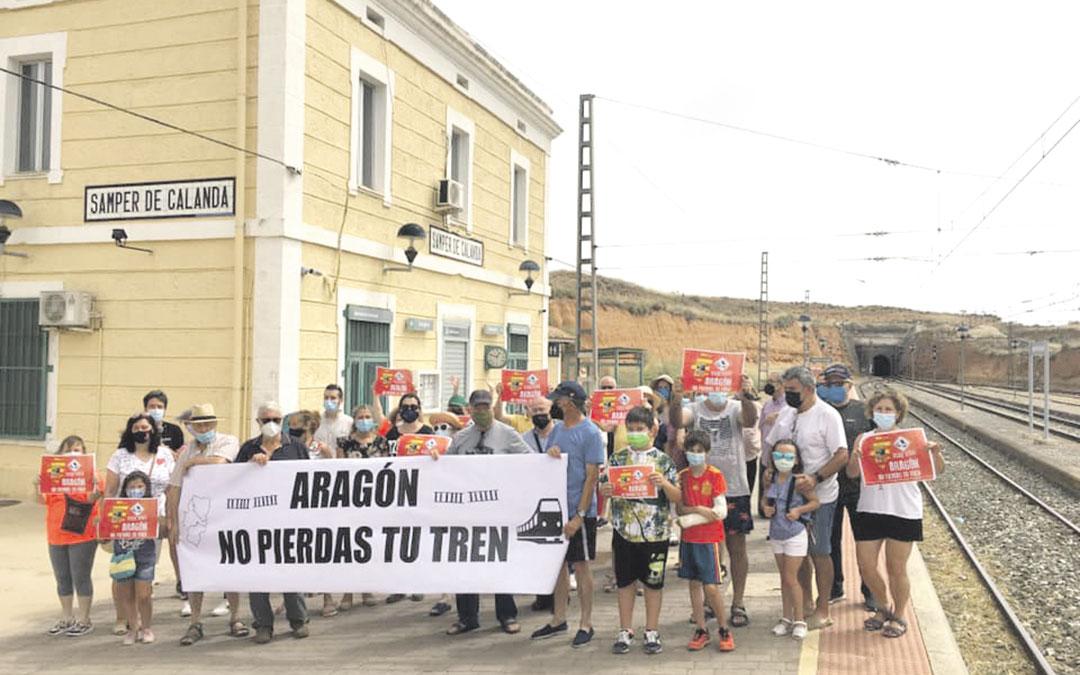 Manifestación este domingo en la estación de tren de Samper./ ANTONIO ZAPATER