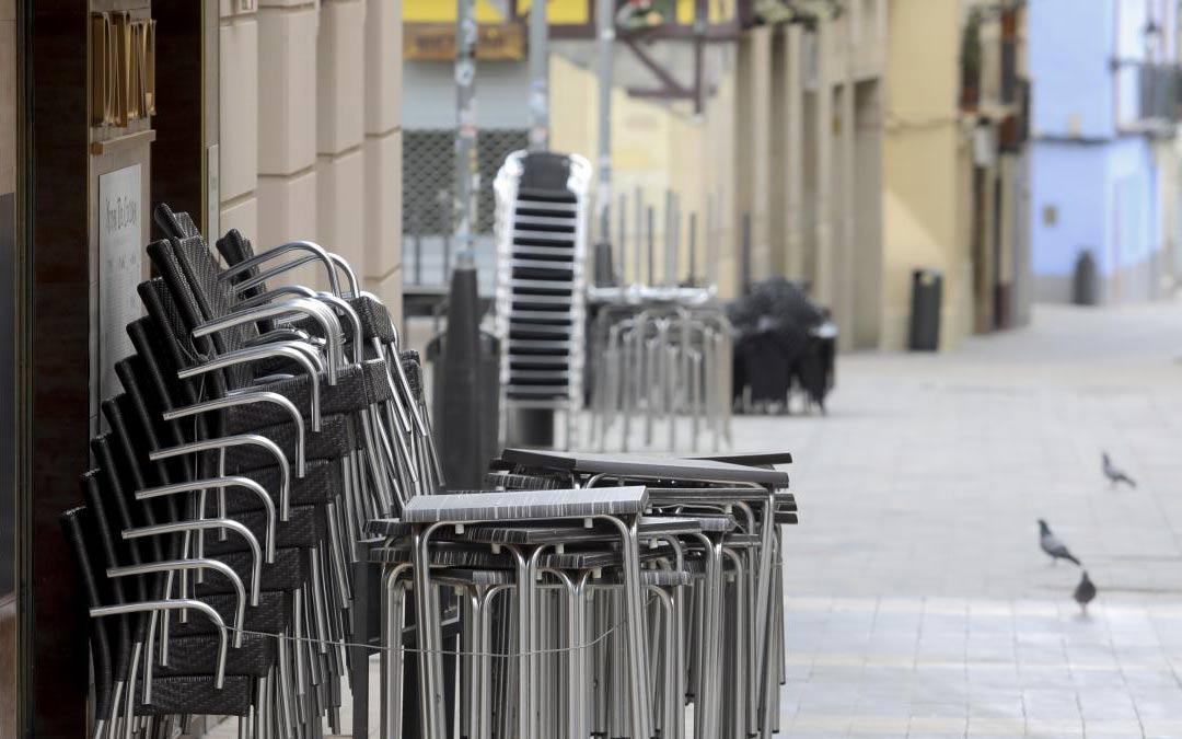Mesas y sillas de veladores en la zona de la calle Padre Huesca./ Rafael Gobantes Heraldo