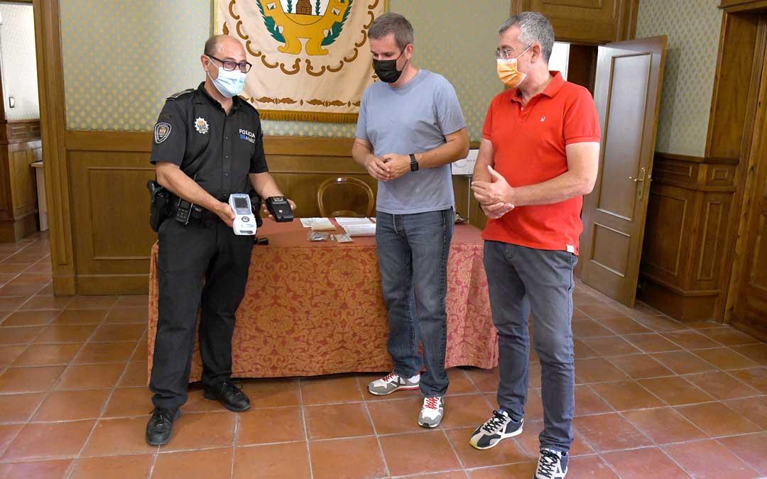 Pedro Obón, Ignacio Urquizu y Kiko Lahoz con el detector / Ayto. Alcañiz