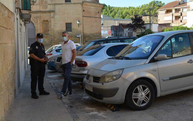 El Ayuntamiento de Alcañiz coloca topes de aparcamiento en la plaza San Francisco