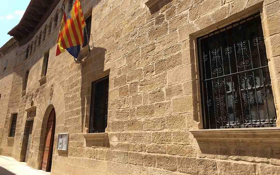 valdealgorfa-ayuntamiento-fachada-piedra-banderas-pueblo