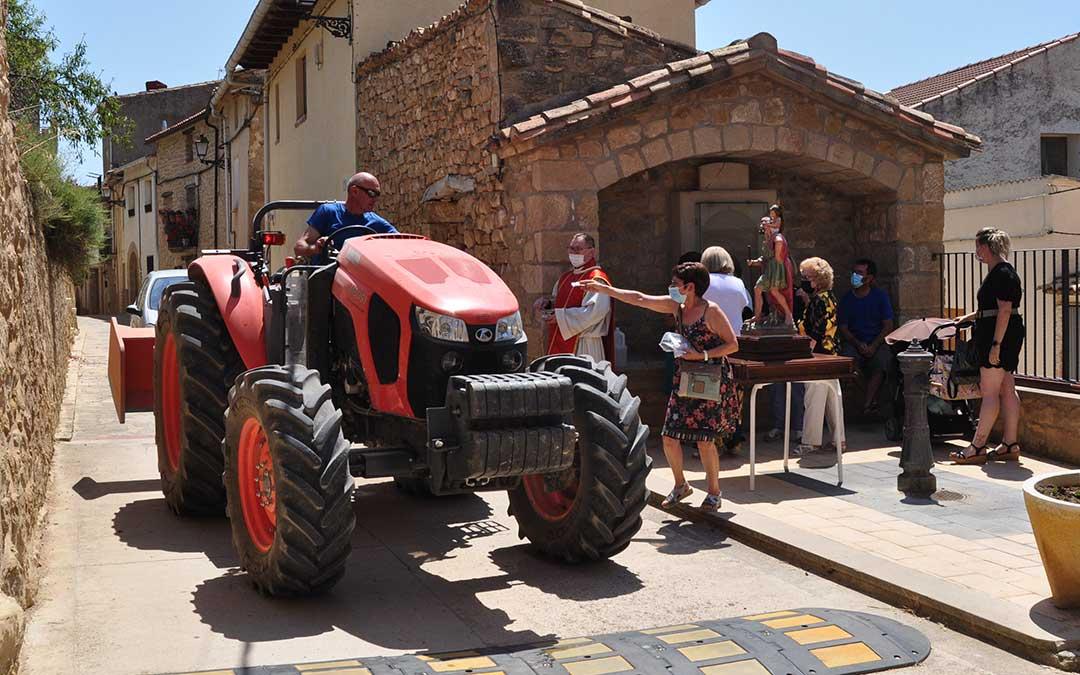 En Valdeltormo los vecinos cumplieron el sábado con la tradición de bendecir todo tipo de vehículos. J.L.