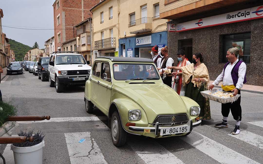 Multitud de vehículos se dieron cita en la bendición de San Cristóbal de Valderrobres. J.L.