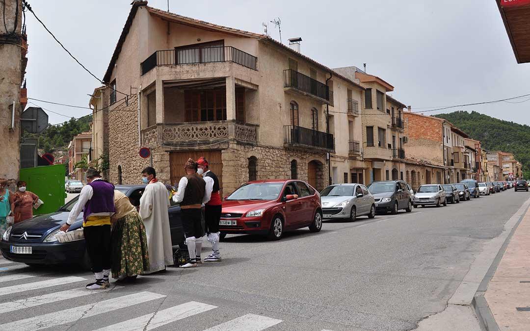 Decenas de conductores participaron con sus automóviles en la bendición de San Cristóbal de Valderrobres. J.L.
