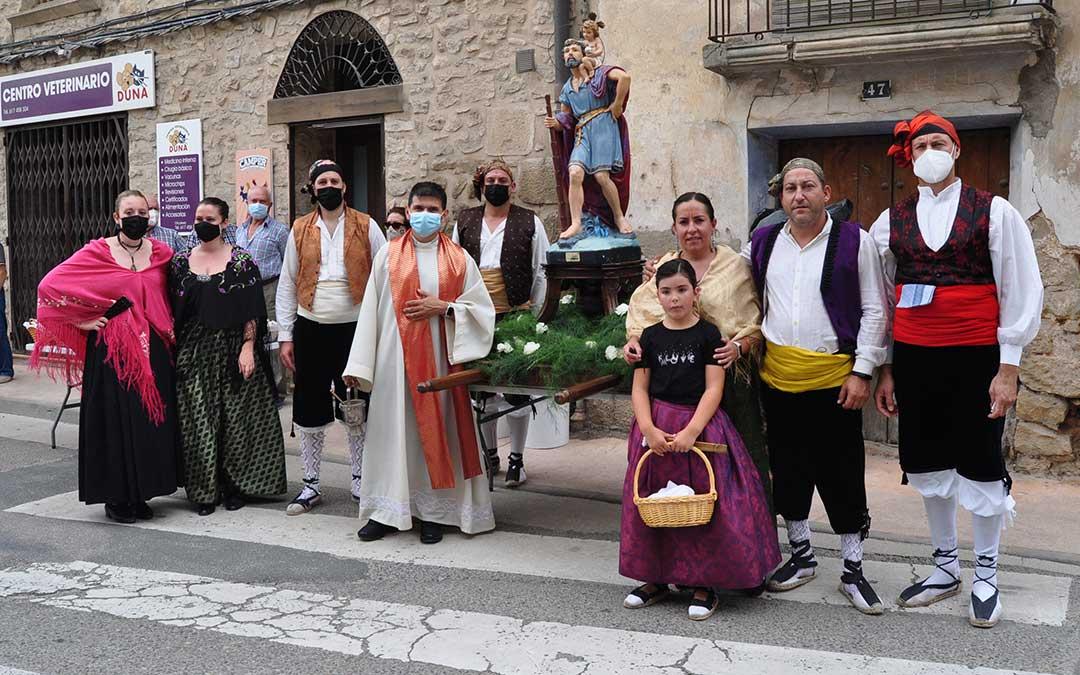 Foto de familia de la Comisión de San Cristóbal y del párroco de Valderrobres. J.L.