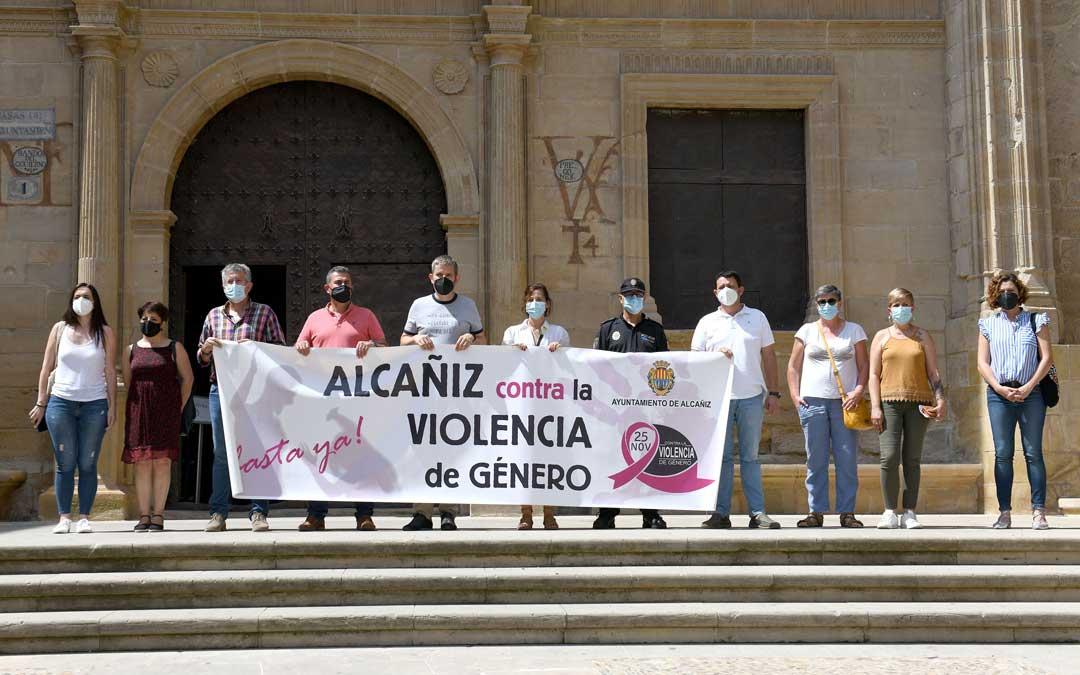 Minuto de silencio frente a la Casa Consistorial en memoria de Hasna, la mujer de 35 años asesinada el miércoles en Barbastro / Ayto. de Alcañiz