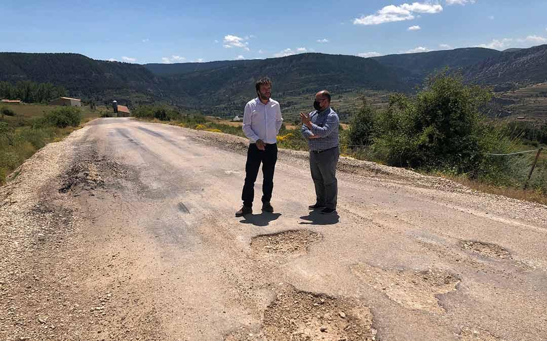 El vicepresidente ha visitado junto al alcalde de Tronchón y presidente de la Comarca del Maestrazgo, Roberto Rabaza, el tramo en peor estado de la TE-V-8424./DPT