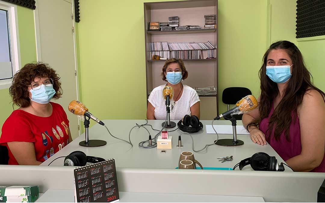 De izquierda a derecha, Noelia Ferrer, Rosa Mendoza e Isabel Orcal, de ASADIC, en Radio Caspe / Pilar Sariñena