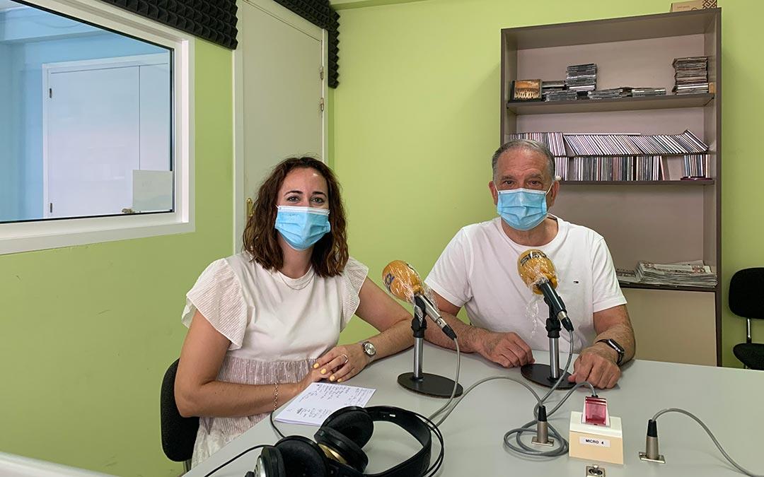 Miguel Tena, presidente de ASADIC, y Lidia Ralfas, orientadora laboral de la asociación, en Radio Caspe / Eduard Peralta