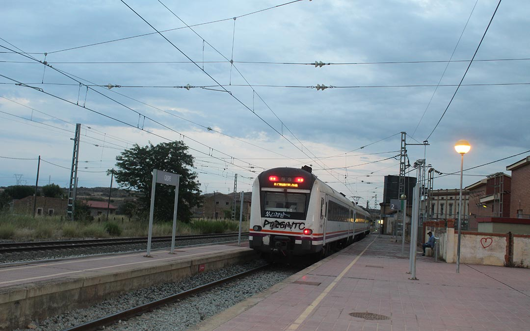 El Caspolino marchando de la estación de Caspe / Eduard Peralta