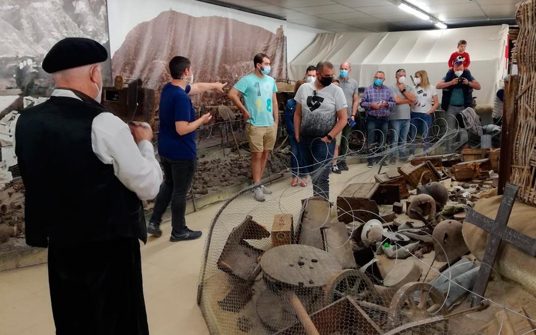 El guía contratado en Fayón, dando explicaciones a los visitantes / Aitor García