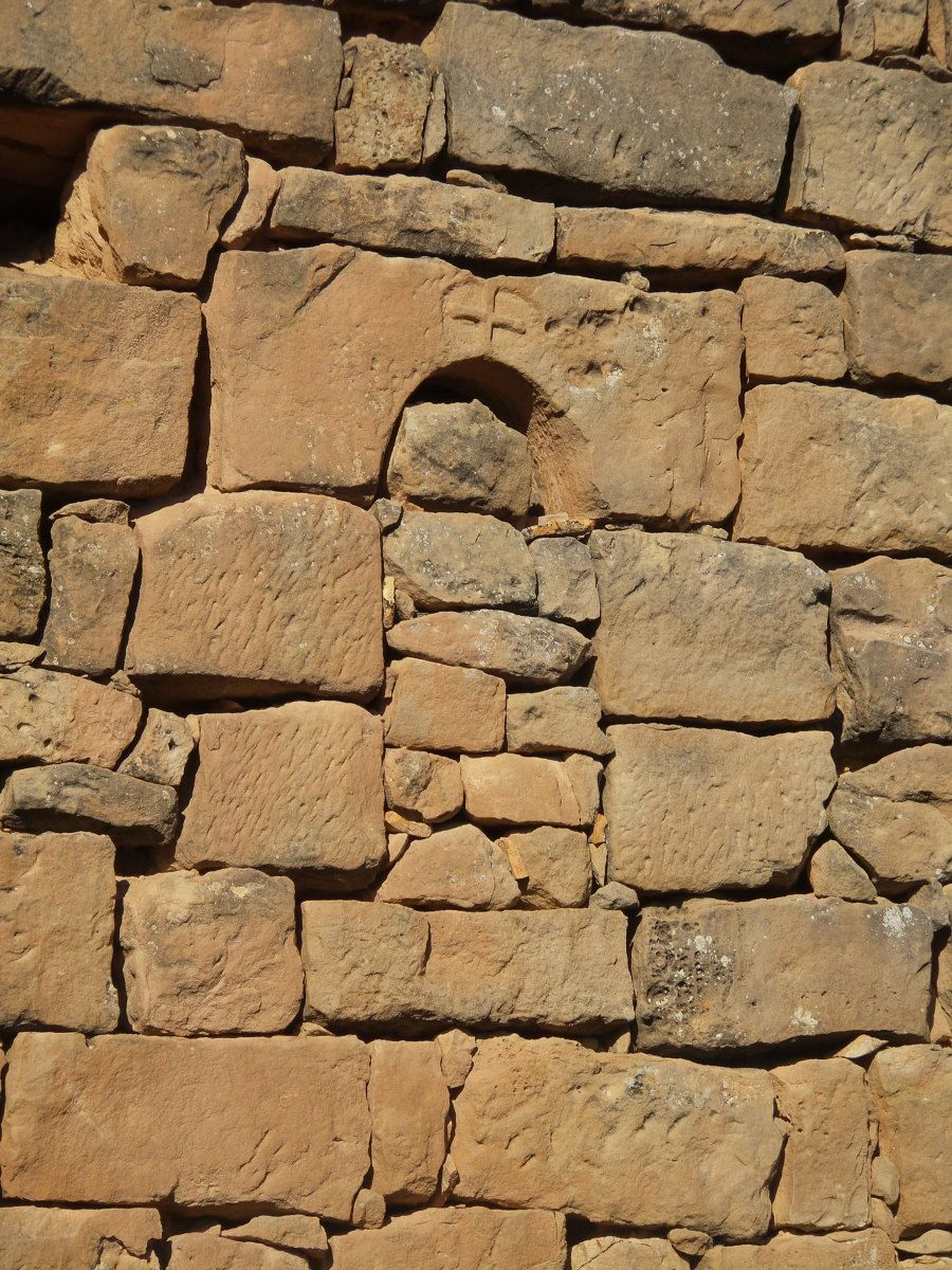 Detalle de una cruz grabada en la piedra / Lista Roja Hispania Nostra