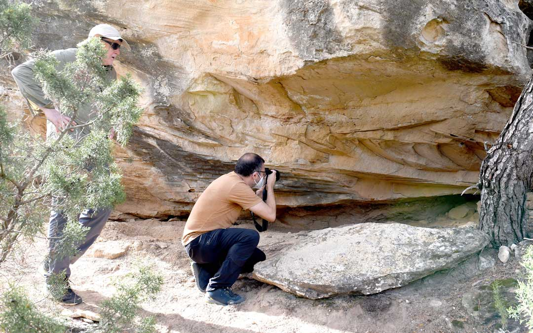 El profesor de la Universidad de Zaragoza, Manuel Bea , tomando imágenes para una primera valoración. / José Puche