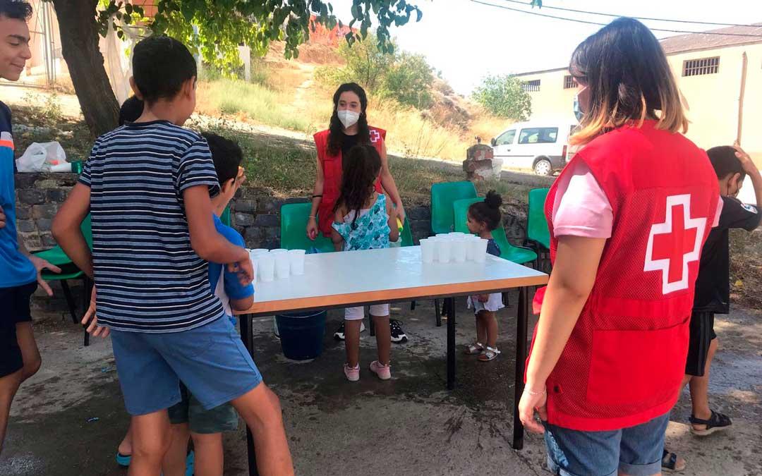 Una de las actividades que realizan en los voluntariados de Cruz Roja consiste en hacer juegos para niños / J.B.