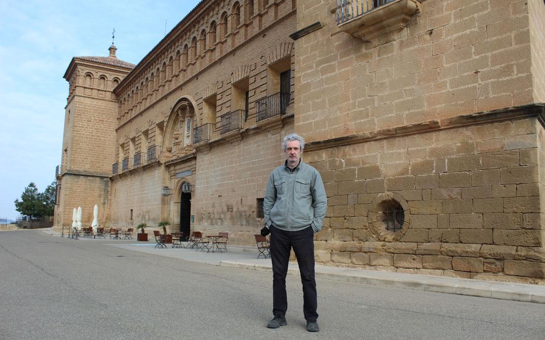 Miguel Santesmases, en el Parador de Alcañiz en primavera 2021, en una de sus muchas visitas durante las largas estancias que pasa en Belmonte. / B. Severino
