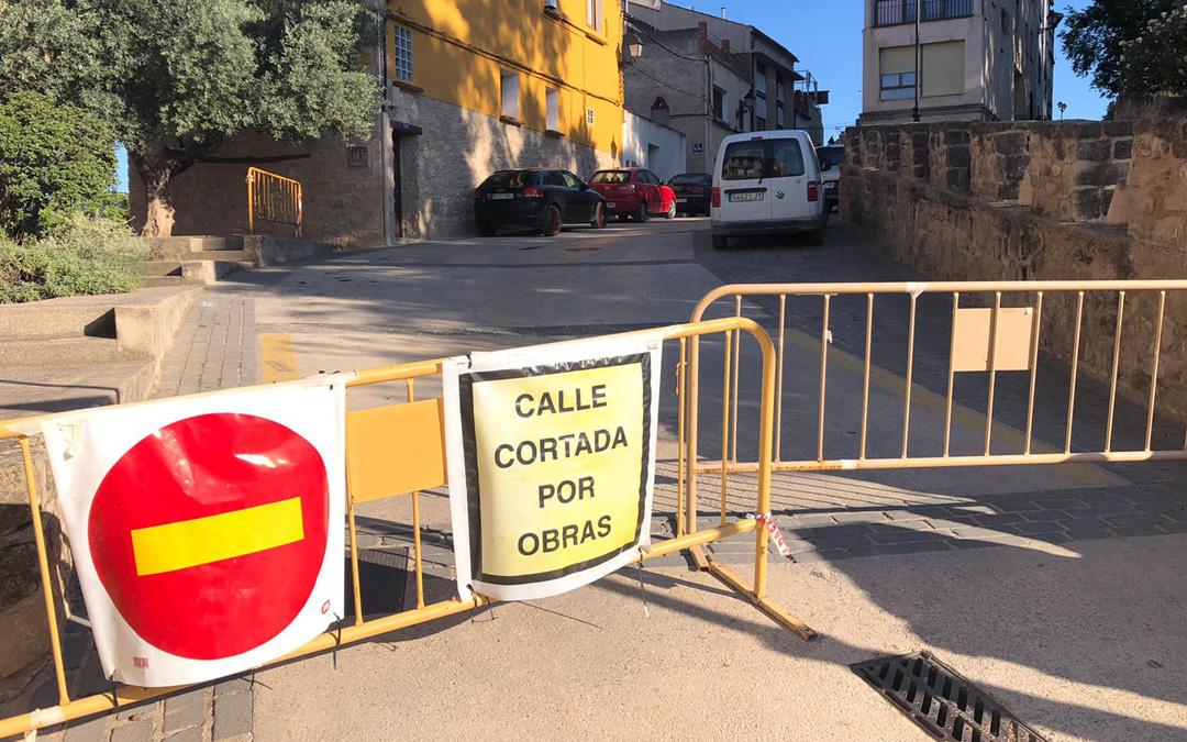 La Policía Local colocó ayer las vallas para cortar el tráfico por la calle San Pedro. / L. C.