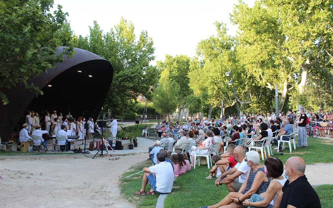 Público de todo perfil y edad se acercó a disfrutar de la tarde musical con la Unión. / B. Severino