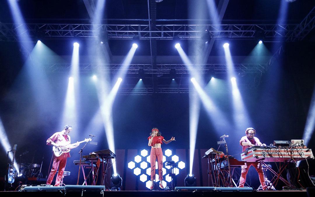 Zahara, en los primeros compases de su concierto en Alcañiz flanqueada por Manuel Cabezalí y Martí Perarnau a izquierda y derecha. / Guillermo L. - Oh Salvaje
