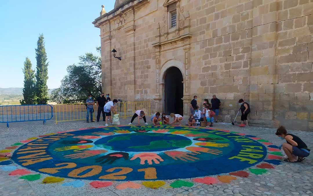 Confección de la alfombra durante la mañana de este sábado en Aguaviva./ Ayto. Aguaviva