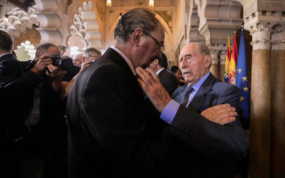 Ángel Luego felicita a Javier Lambán en la segunda toma de posesión como presidente del Gobierno de Áragón de éste, en agosto de 2019./ Guillermo Mestre