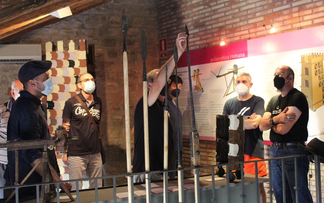 Las lanzas que se pueden tocar en el centro de interpretación hechas por David Castillo -a la derecha de la foto-. / B. Severino