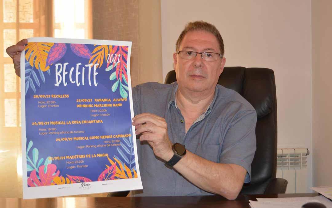 El alcalde de Beceite, Juan Enrique Celma, junto al programa de la semana cultural. L.C.
