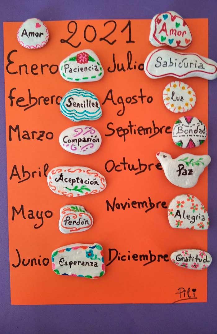 Piedras con mensajes para cada mes del año./ Pilar Santamaría