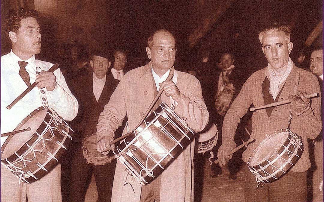 Buñuel tocando el tambor en la Semana Santa calandina / calandanazareno.com