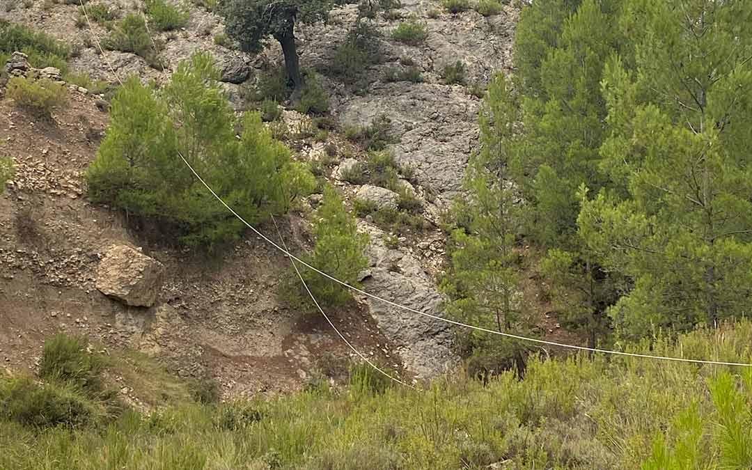 Cableado descolgado por el suelo o a poca distancia del mismo. /Laureà Folch