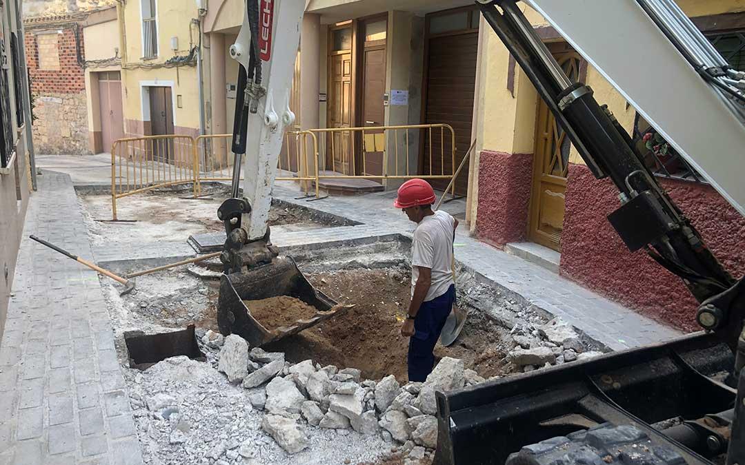 Dos operarios trabajando este miércoles por la tarde en la calle San Pedro de Alcañiz / L. Castel