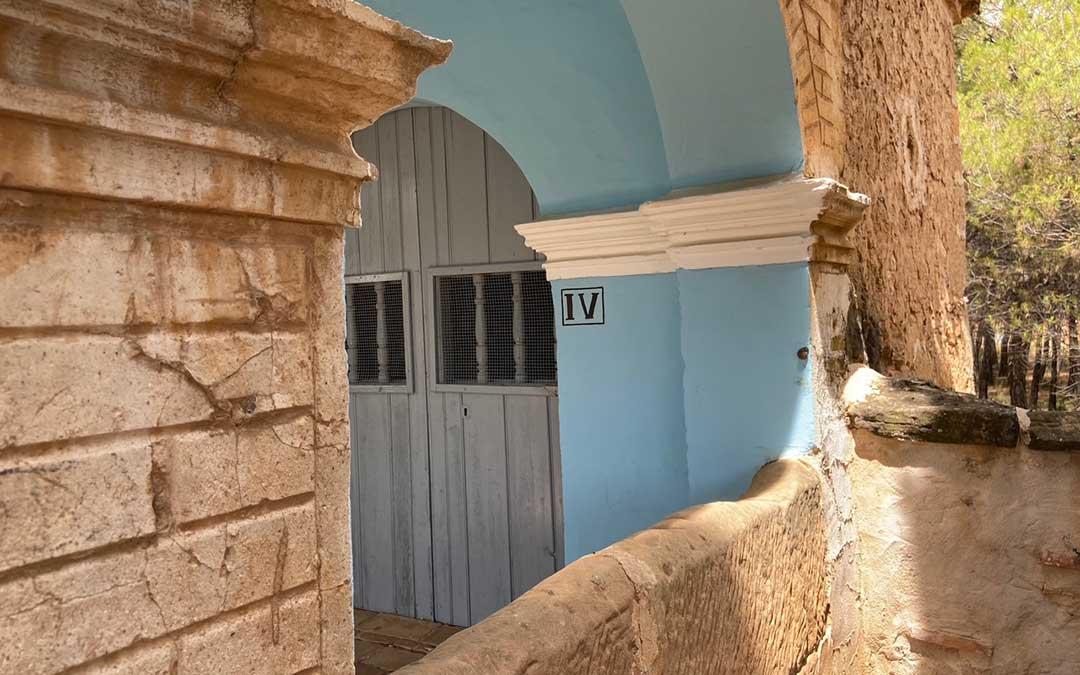 Detalle de una de las 15 capillas que conforman el Vía Crucis de Alloza./ Alicia Martín