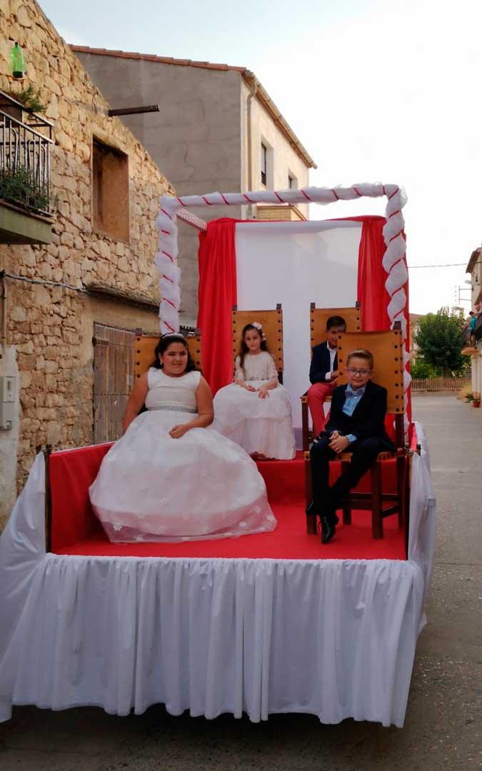 Antes de la presentación, las nonaspinas y los nonaspinos desfilaron por el pueblo en una carroza / Ayuntamiento de Nonaspe