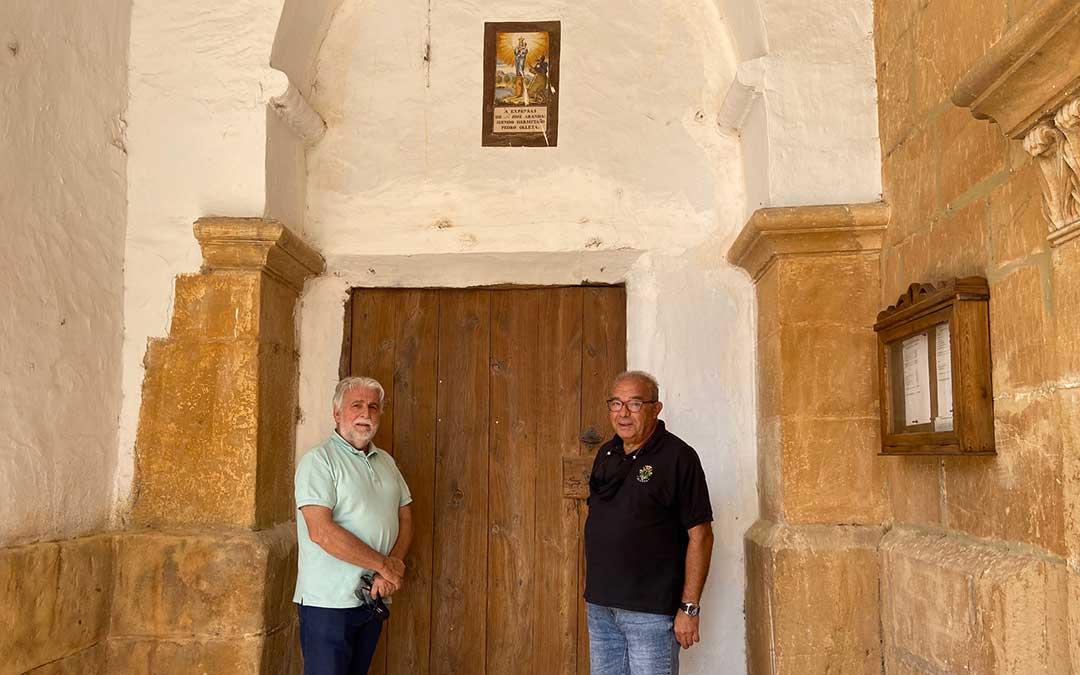 Antonio Garay, de la Asociación de Amigos del Calvario; y Miguel Ángel Aranda, alcalde de Alloza, en la puerta de la casa del ermitaño./ Alicia Martín