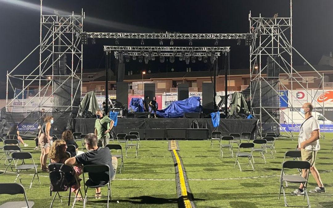 El escenario tapado y las sillas vacías tras la tormenta. / MARÍA CELIMENDIZ