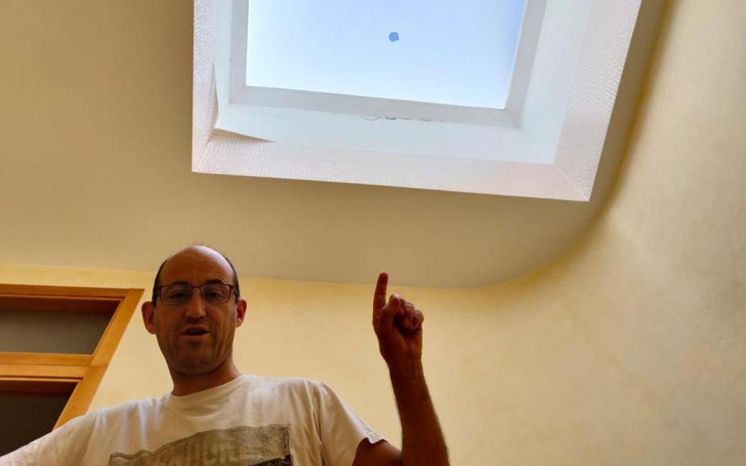 César Pitarch, vecino de La Iglesuela, muestra su claraboya rota por el pedrisco./Heraldo