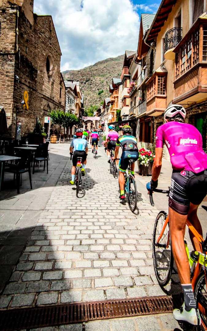 Jesús Laborda está recorriendo los Pirineos en bicicleta con otros ciclistas / J.L.