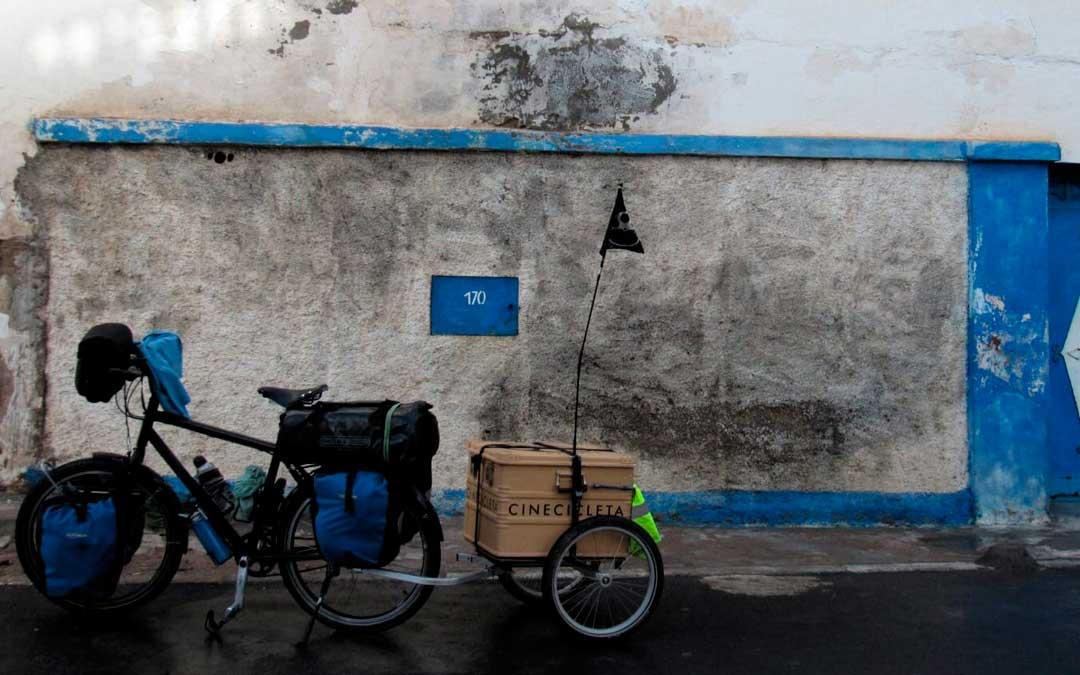 Una de las bicicletas con las que viajaban cargaba el proyector / C.L. e I.S.